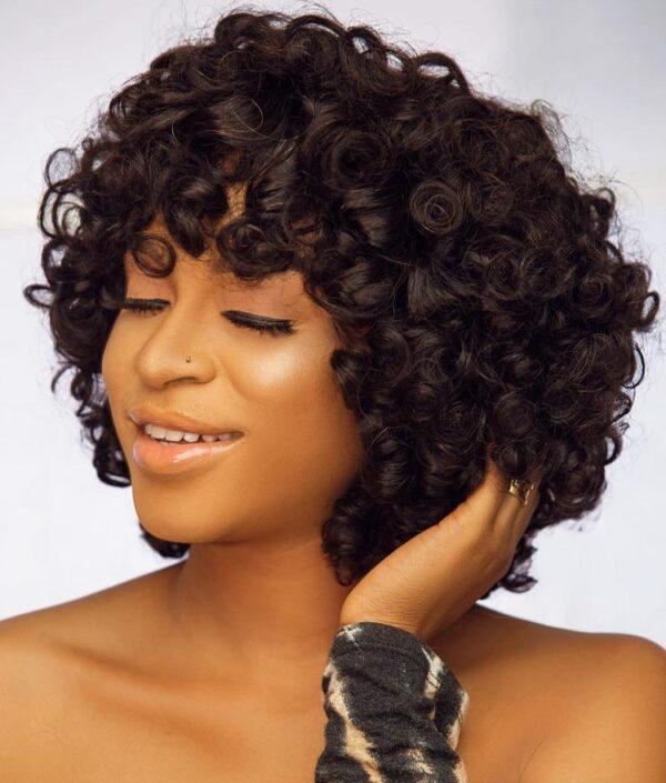 Bouncy fringe wig